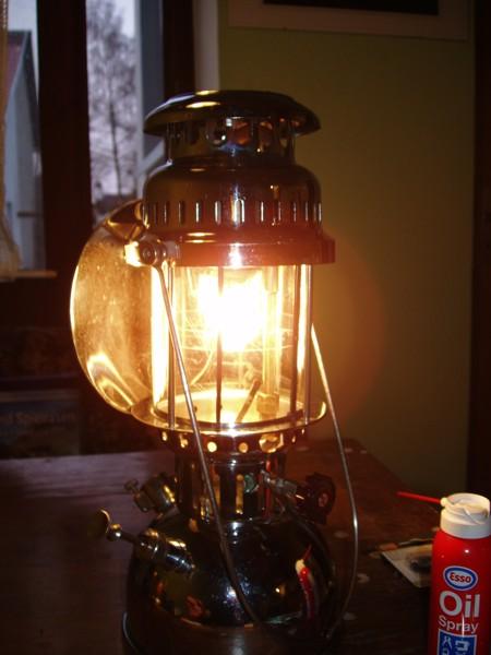 PETRO DELUX leuchtet